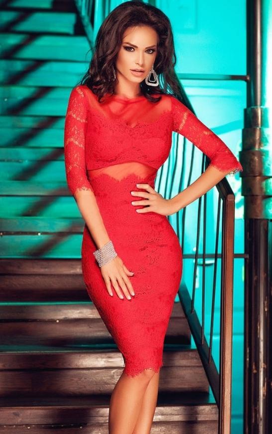Czerwona koronkowa sukienka