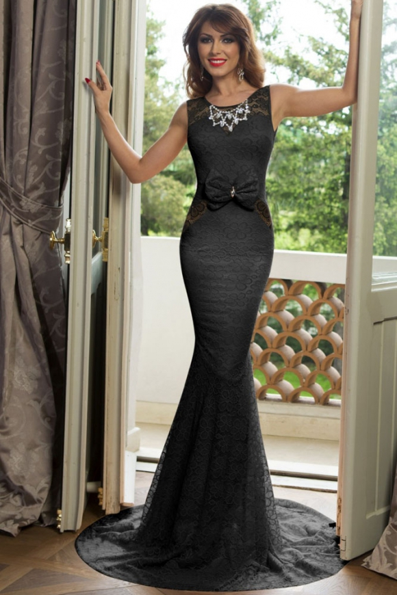 Długa koronkowa suknia z naszyjnikiem i kokardą