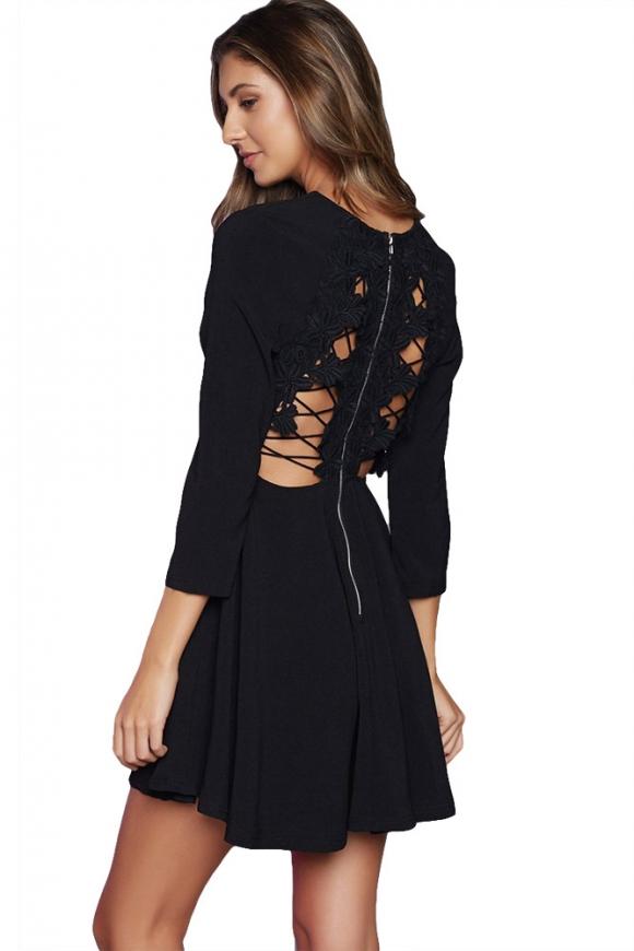 Czarna sukienka z wycięm na pleach i koronką 22766