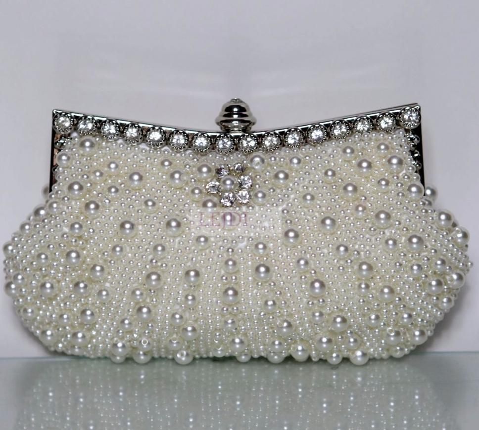 Ślubna torebka z perełek zdobiona kryształkami