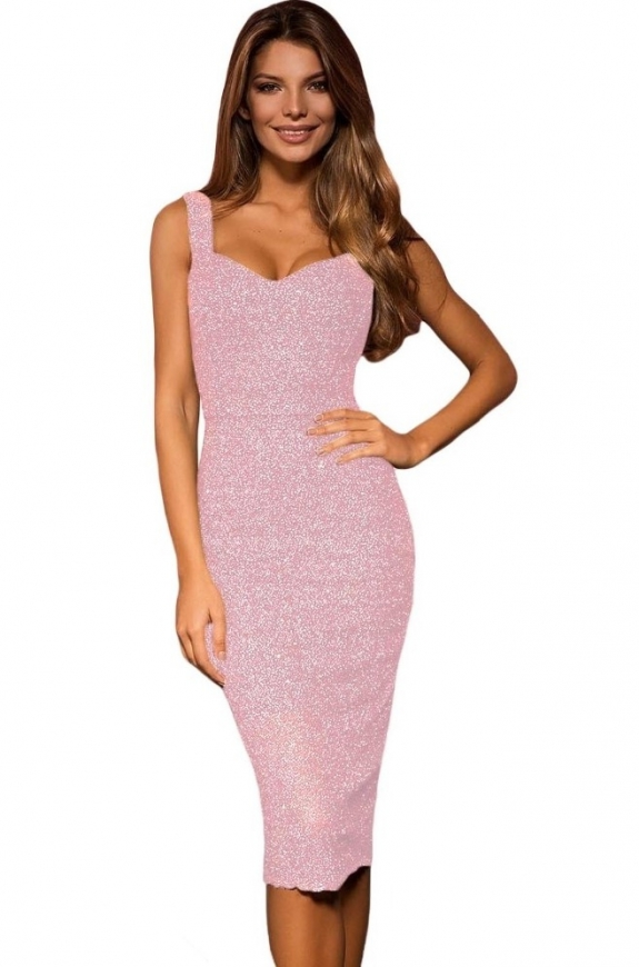Jasno różowa sukienka z połyskującą nicią na ramiączkach