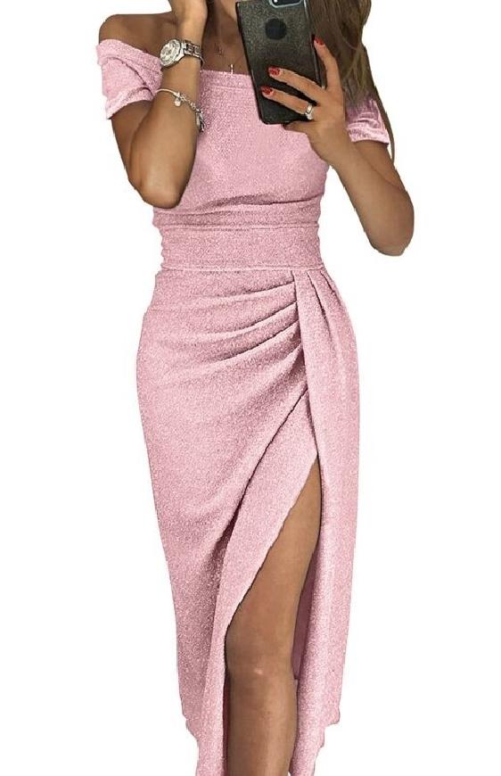 Jasno różowa sukienka z odsłoniętymi ramionami