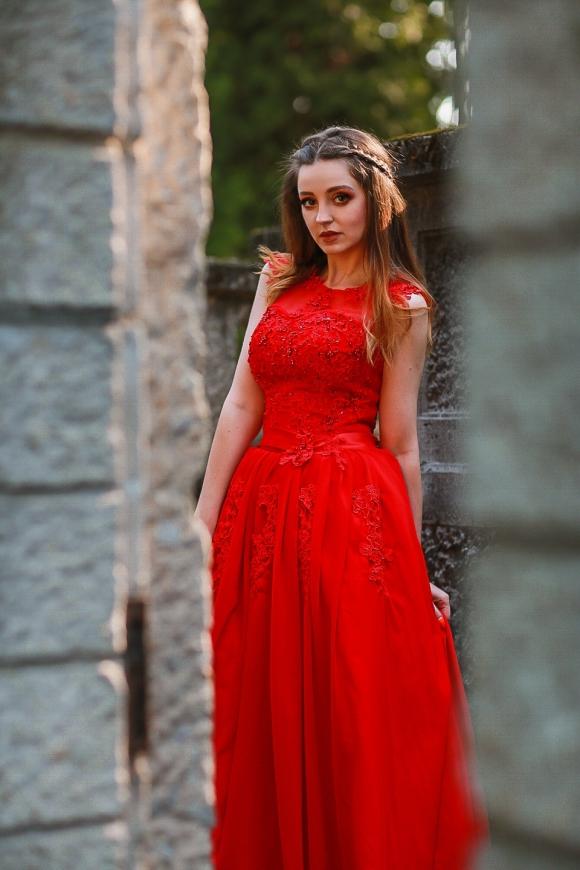 Czerwona suknia wieczorowa zdobiona koralikami