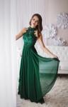 WIeczorowa sukienka w butelkowo zielonym kolorze z kwiatami 3D