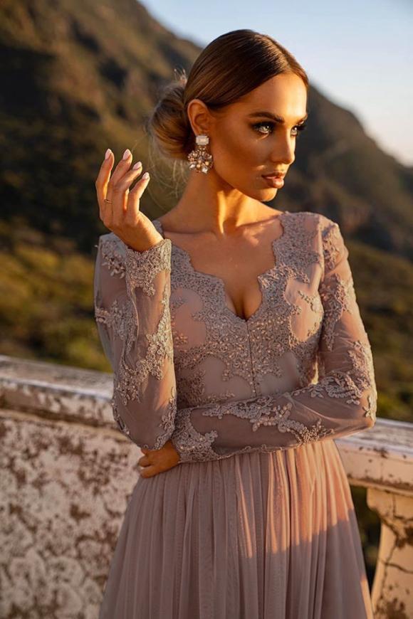 Długa sukienka z mieniącymi się opiłkami