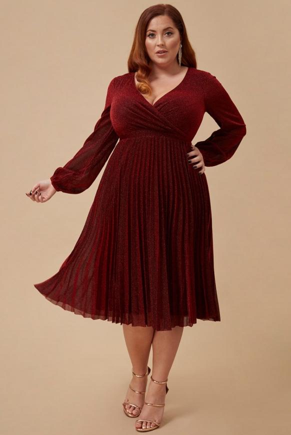 Lureksowa plisowana sukienka plus size w kolorze ciemnego wina