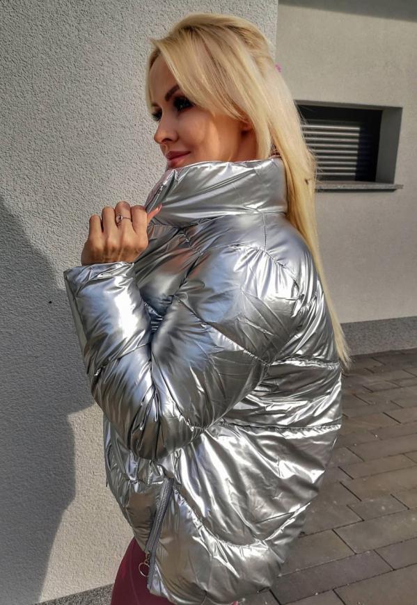 Damska srebrna kurtka z wysokim kołnierzem