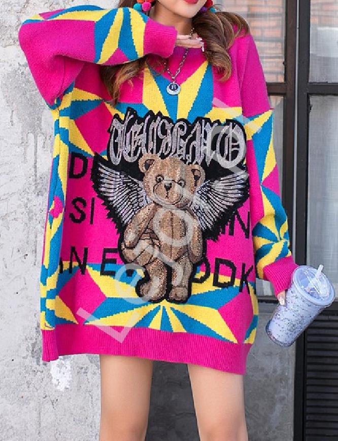 Różowy sweter z misiek oraz kryształkowymi skrzydłami