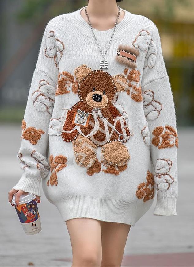 Sweter z misiami, cyrkoniami, broszką kremowo biały