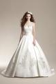 Biała suknia ślubna z trenem zdobiona koronką