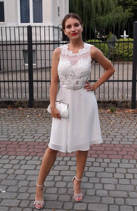 Przepiękna krótka sukienka ślubna z zdobieniem koronką