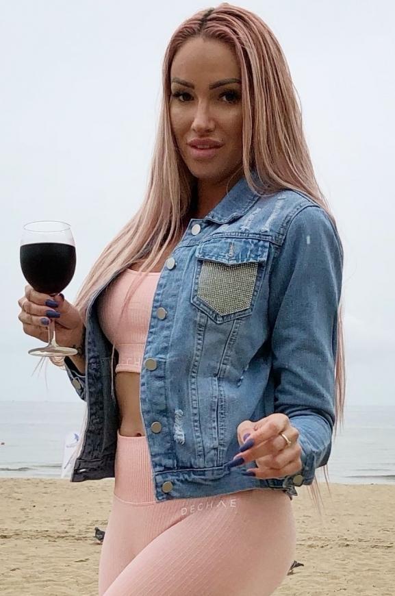 Niebieska kurtka jeansowa z kryształkowym zdobieniem na kieszeniach