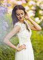 Delikatna suknia ślubna z koronką na dekolcie, zdobiona perełkami
