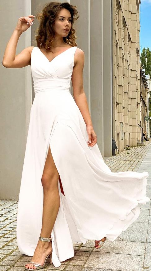 Elegancka sukienka ślubna w kolorze ecru z rozporkiem na spódnicy m395