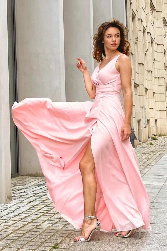 Wieczorowa sukienka szyfonowa w jasno różowym kolorze, m395