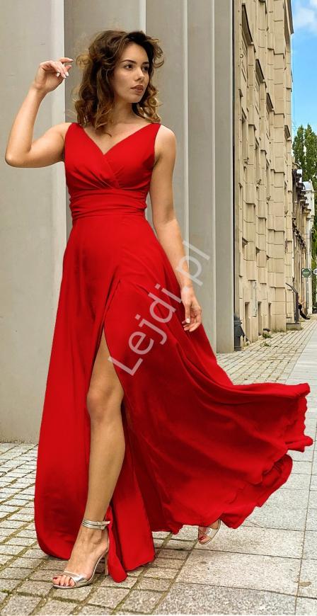 Czerwona sukienka wieczorowa o wysmuklającym kroju m395