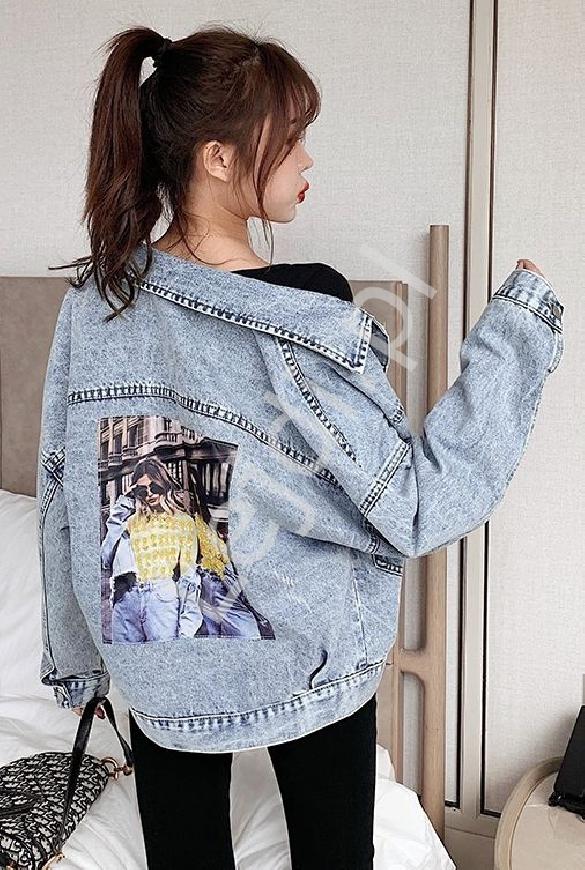 Jasno niebieska kurtka jeansowa z ozdobą na plecach