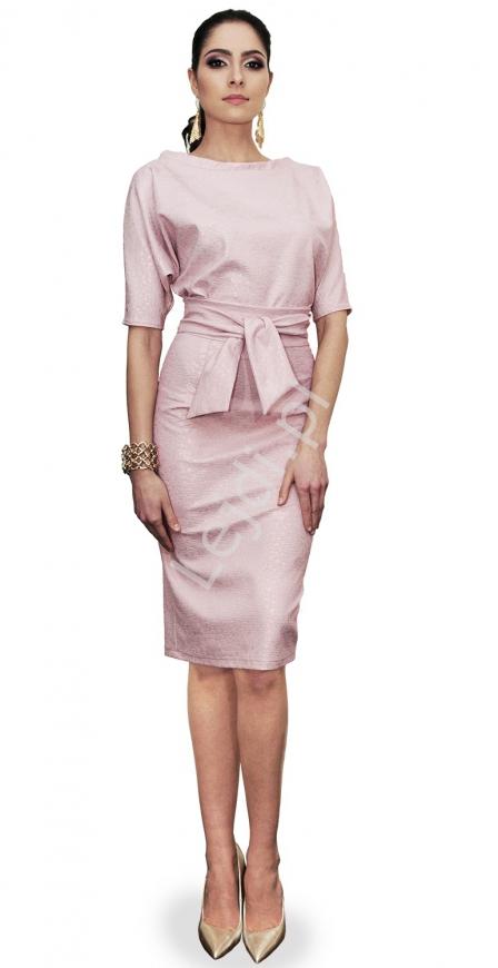 Dopasowana sukienka pastelowo różowa z wytłaczanej tkaniny m353