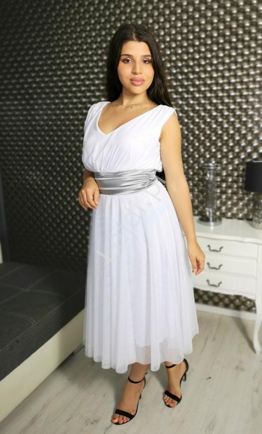 Elegancka biała sukienka z ciemno srebrnym pasem w talii