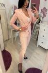 Elegancki garnitur damski w jasno różowym kolorze z złotymi guzikami