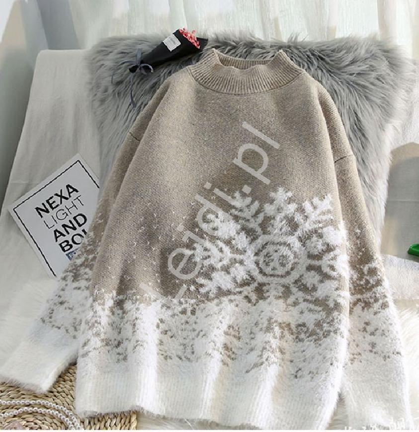Świąteczny błękitny sweter z białymi śnieżynkami